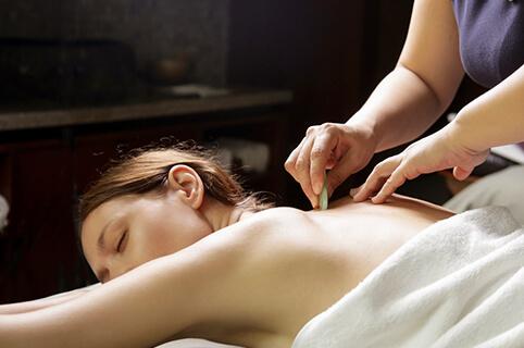 Gua-shark behandling udført hos Akupunkturklinikken i Skørping - godt mod bl.a. rygsmerter og gamle sportsskader