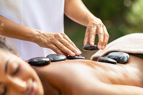 Kvinde får hotstone massage (Skørping)