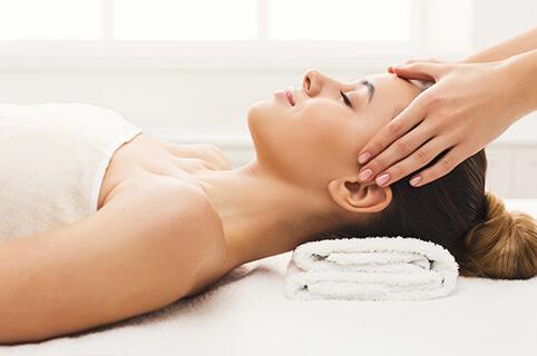Kvinde modtager wellness massage hos Akupunkturklinikken i Skørping - helkropsmassage der skaber velvære fra top til tå