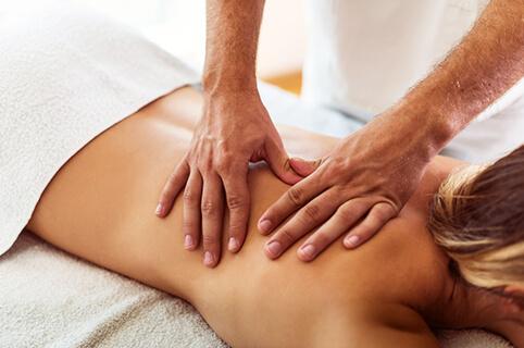 Kvinde får wellness massage hos Akupunkturklinikken i Skørping - et afslappende pusterum fra hverdagens stress og jag